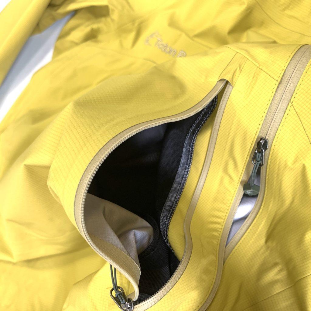 大きめのポケットを前見頃に設置。体に面する部分はメッシュになっているので通気性は抜群。濡れたグローブなどを体温で乾かすこともできます。